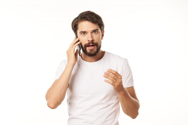 電話で話しているハンサムな男
