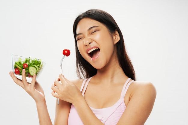 サラダを食べるアジアの女性
