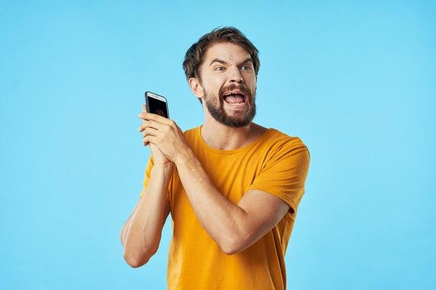 Злой человек с смартфоном