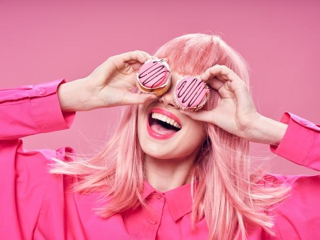 Женщина в розовом парике, одевается с едой