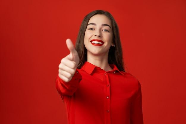 Женщина в красном с красивой улыбкой
