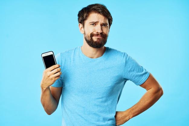 スマートフォンでひげとハンサムな男性モデル