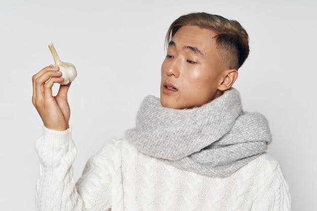 色付きのスペースにスペースをポーズ暖かい冬の服のアジア人