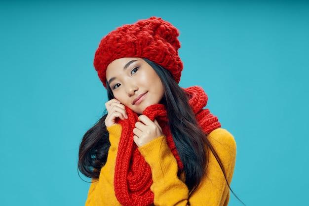 明るい色空間ポーズモデルのアジア女性