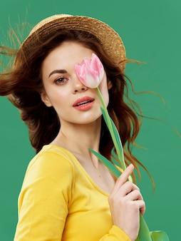 春の花を持つ若い美しい女性