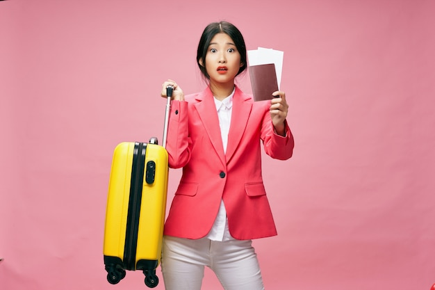 アジアの女性はスーツケースを手に持って旅行、休暇、