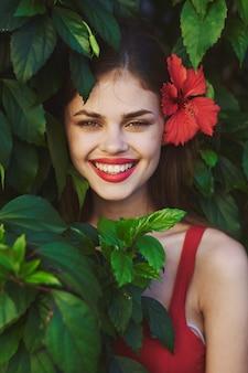 笑う緑の茂みの女性