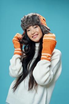 明るい色のポーズモデルのアジア女性