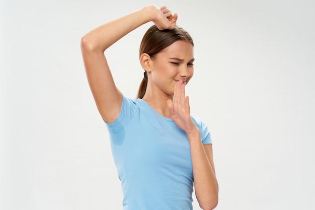 女性の汗をかいた脇の下、多汗症