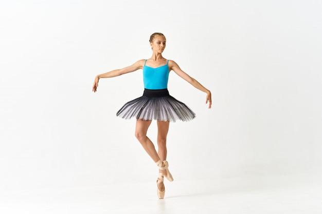 スタジオでバレエを踊る女性バレリーナ