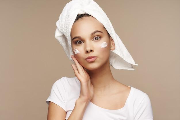 Женский портрет, косметические процедуры по уходу за кожей