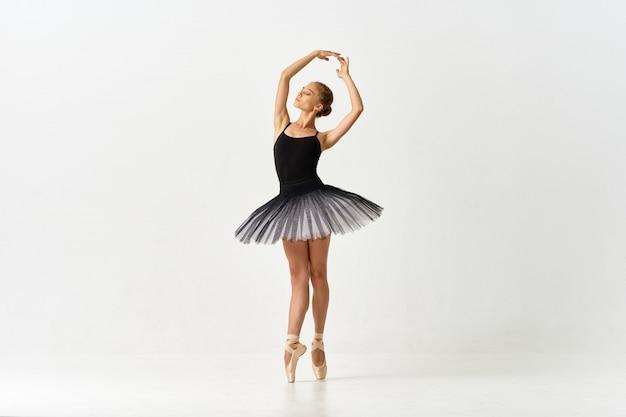 光の上でバレエを踊る女性バレリーナ