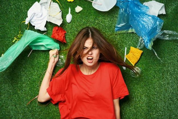 Женщина гора мусора, сортировка мусора, выбросы мусора в природу