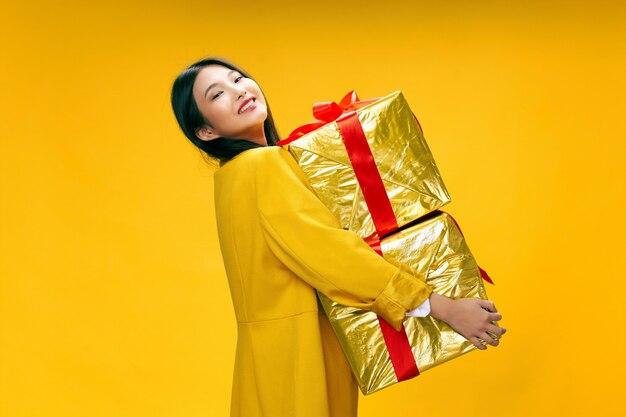 Азиатская женщина путешествует с чемоданом в руках, отдых, студия