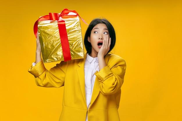 Азиатская женщина путешествует с чемоданом в руках