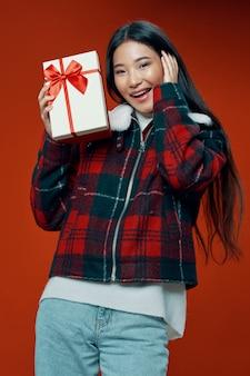 Азиатская женщина на ярком цвете позирует модель