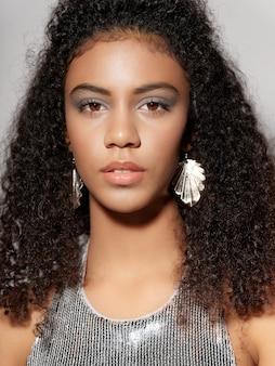 光沢のあるお祭りファッションの服の女性アフリカ系アメリカ人