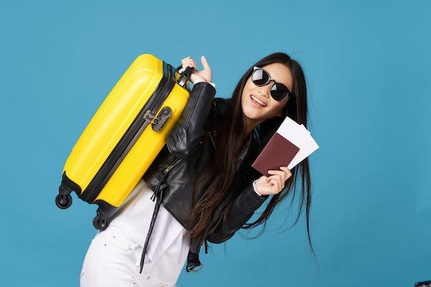 アジアの女性は彼女の手、休暇、スタジオでスーツケースを持って旅行します。
