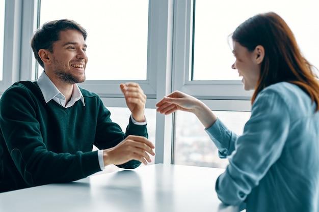 男性と女性が話しているテーブルに座って、お互いにけんかばかりしている、本当のけんか、家事