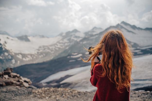 Женщина фотографа горы