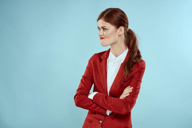 Красивая рыжеволосая женщина в деловом костюме и красной шляпе, стильный офисный образ