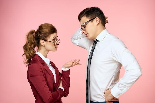 Мужчина и женщина в деловых костюмах, позирует, цветовое пространство.