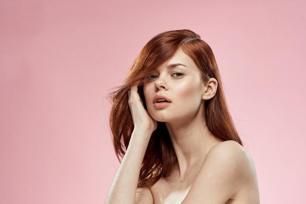 Красивая рыжеволосая женщина с вьющимися волосами. уход за волосами, здоровый и блестящий, без секущихся кончиков