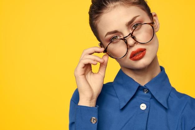 Женщина в ярко-синей рубашке, красная юбка позирует на цветном пространстве, стильный деловой имидж