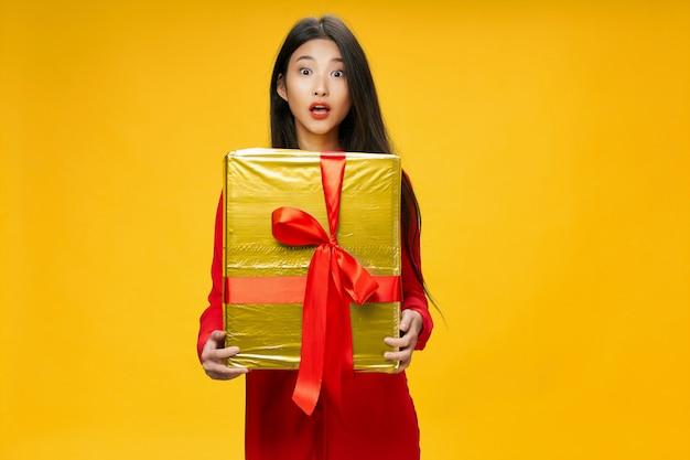 アジアの女性は、彼女の手、休暇、スーツケースで旅行します。
