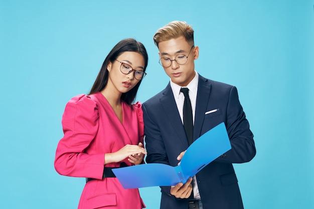 アジアの女性と一緒にモデルをポーズ明るい色の男