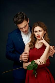 黒い空間に男と女の恋人の美しいセクシーな若いカップル