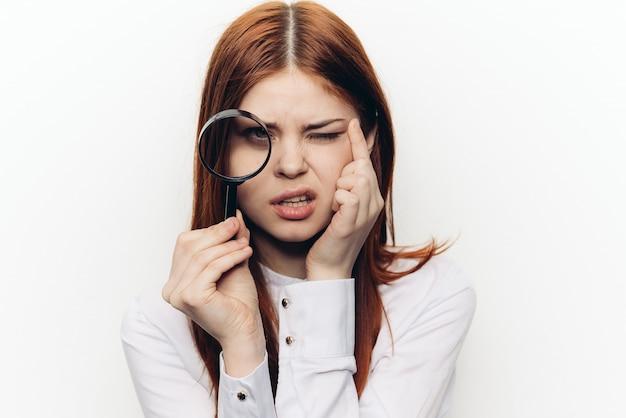 虫眼鏡拡大鏡、ホワイトスペースを持つ女性。