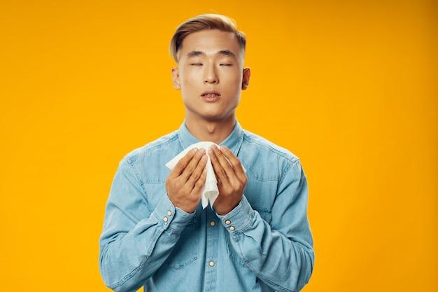 Азиатский мужчина на ярком цвете позирует модель, коронавирус