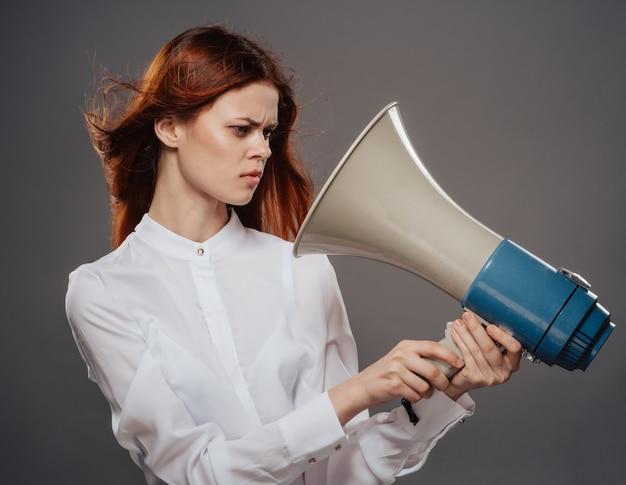 Женщина кричит в студии