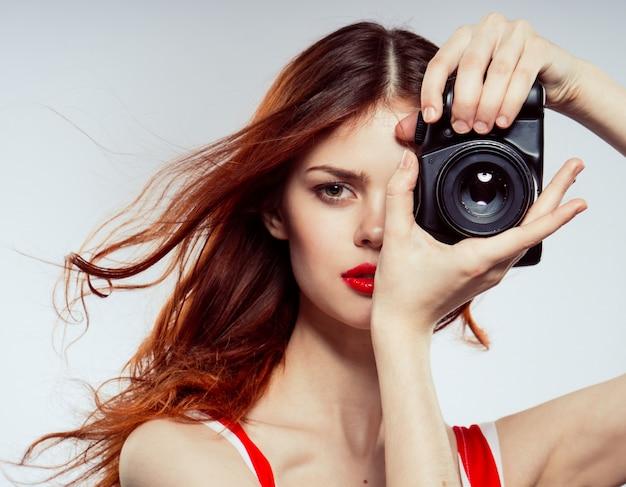 Женщина фотограф студия, красивая женщина фотографирует с камерой, космос