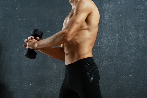 男は体をポンプでくくってスポーツに行く