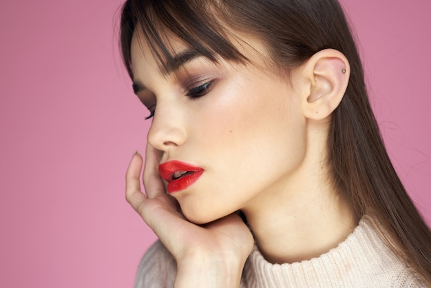唇、ピンクの空間に赤い口紅を持つ若い美しい女性の肖像画