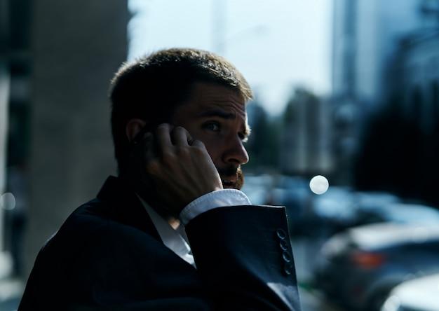 男性ビジネスマンは路上で仕事を失い、世界的な危機、通貨の崩壊、起業家の顔