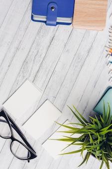 Канцтовары, деревянный стол, школьные и офисные принадлежности