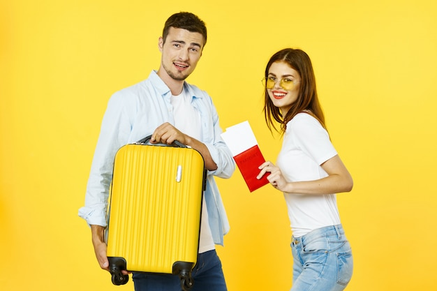Мужчина и женщина путешественник с чемоданом, радость, паспорт