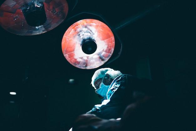 手術室で働く外科医医師