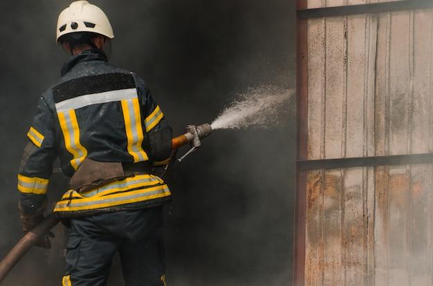 消防士が火を消す