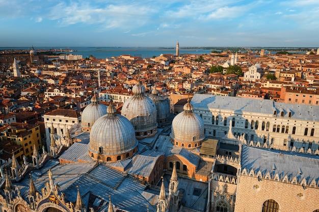 Аэрофотоснимок венеции с базиликой святого марка и дворца дожей. венеция, италия