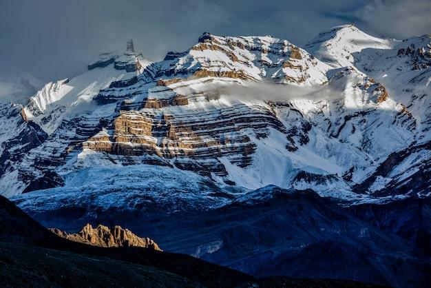 雪の中でヒマラヤ山脈