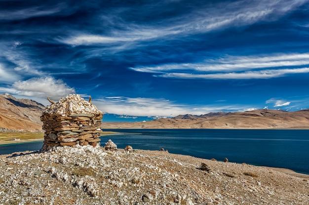 Каменная пирамида из камней на гималайском озере цо морири,