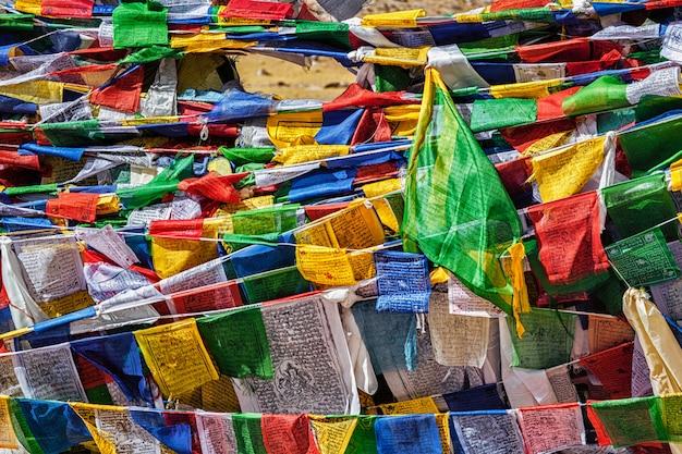 Буддийские молитвенные флаги лунгта