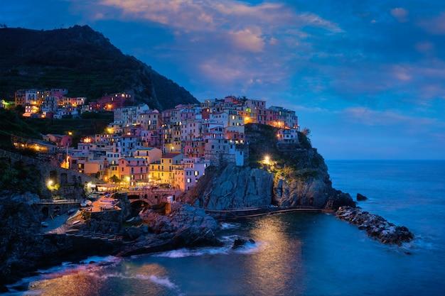 夜、チンクエテッレ、リグーリア州、イタリアのマナローラ村