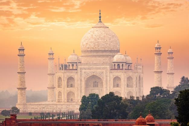 Тадж-махал на закате восхода солнца, агра, индия