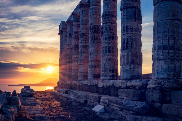 日没、ギリシャのスーニオ岬のポセイドン神殿遺跡