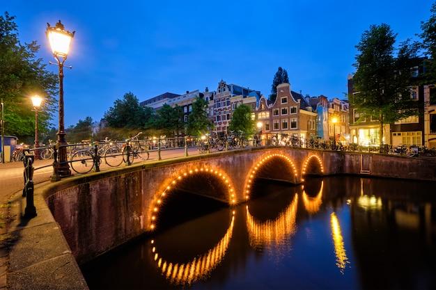 アムステルダムの運河、橋、中世の家々
